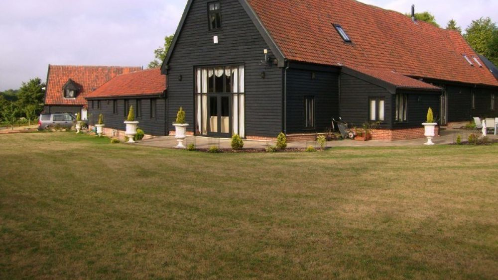 Doves Barn - A delightful 16th Century Grade II Listed Barn DUE TO COVID SLEEPS 6. Hot Tub and pet friendly.
